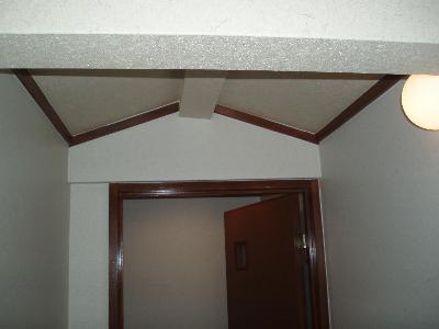 施工後 見えていた柱や屋外が綺麗な壁になりました。