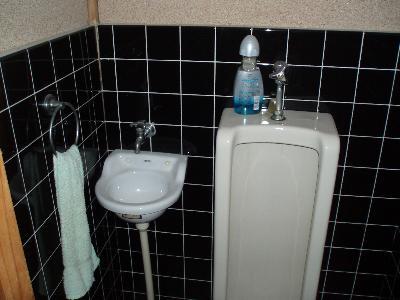 小さな隅手洗いと小便器