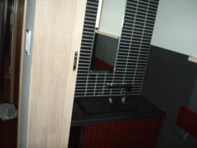 モザイクタイルに埋め込み鏡とカウンター手洗い