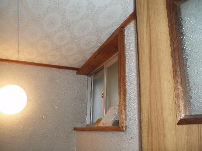 天井を上げて圧迫感をなくし広く明るいトイレに!